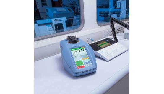 Refractómetro RFM-900 T en laboratorio